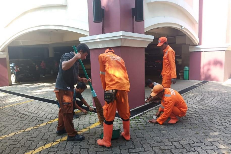 Warga dan Petugas Bersih-Bersih Gereja di Papanggo