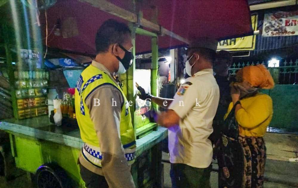 Satpol PP Kecamatan Tanjung Priok Berikan Sanksi Penghentian Sementara Kegiatan Bagi Pelanggar PPKM Darurat