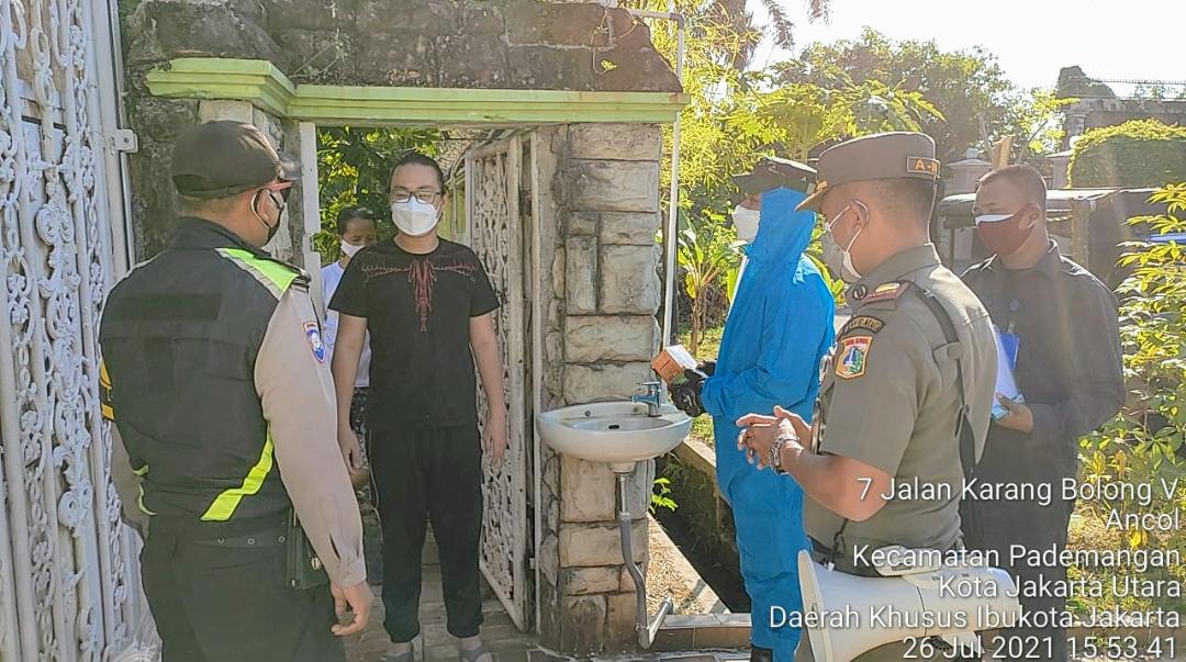 Satpol PP Kelurahan Ancol bersama Tiga Pilar Distribusikan Obat-obatan Ke Warga Isoman